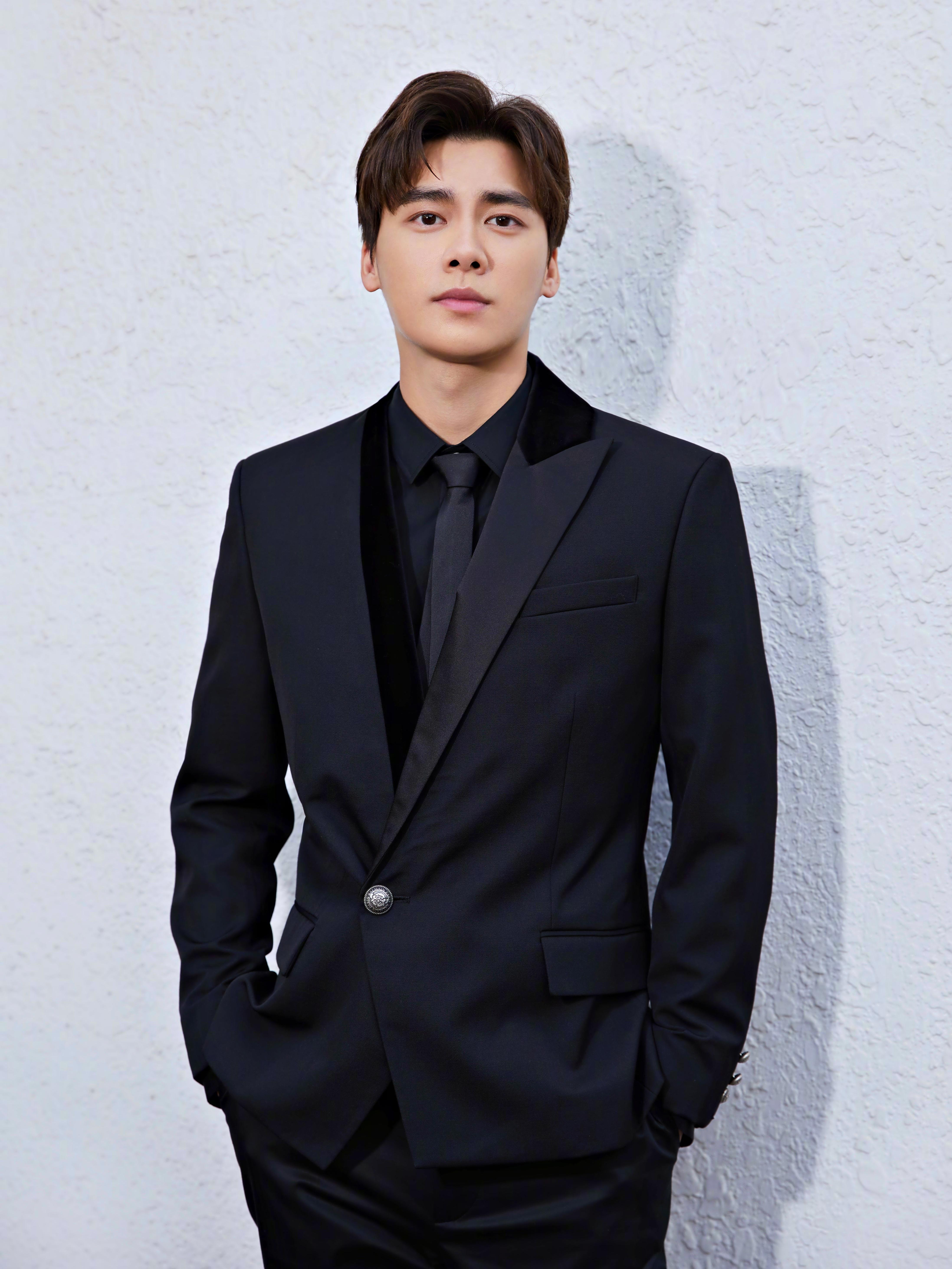 李易峰身着黑色西装 身材消瘦帅气十足!