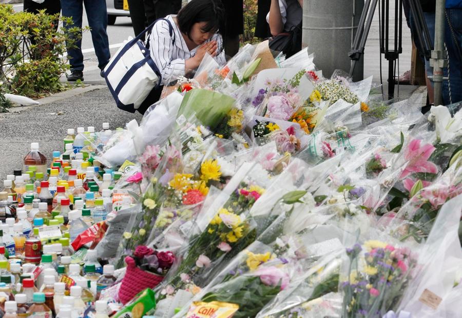 当地时间2019年5月29日,日本神奈川县川崎市,川崎持刀伤人事件发生第二天,民众自发来到案发地一带献花致哀,为遇难者祈福。