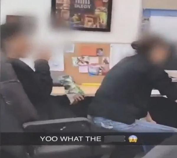 美国一女教师助理上网时被拍到坐男生大腿上
