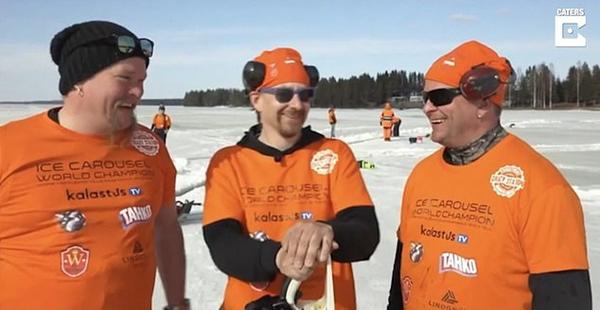 """芬兰团队雕出直径184米世界最大冰制""""旋转木马"""""""