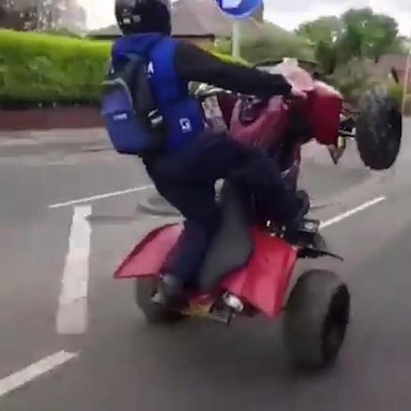 猖狂!两男子驾驶四轮摩托抬前轮逆行挑衅警察