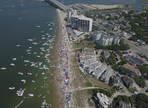 美海滩狂欢节后变成垃圾场 10吨垃圾让人惊愕