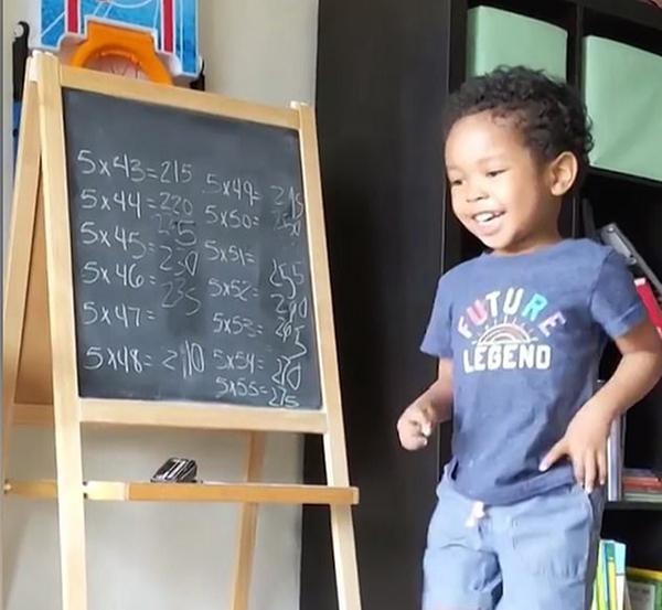 美3岁天才儿童数学天赋异禀 能算会背懂下棋