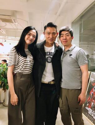 刘德华与姚晨合影搂腰又搭肩 互动亲密疑有合作