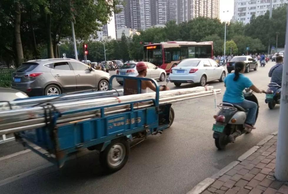 轿车被5米长钢管直接插穿!原因竟是...