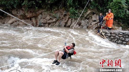 广西桂林资源县暴雨致4人失联被困深山 消防冒雨搜救
