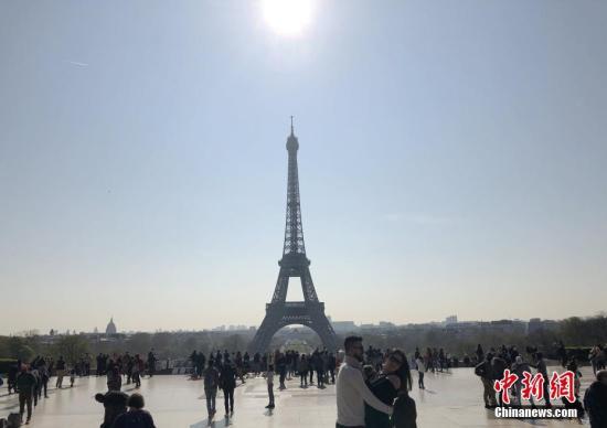 """法媒:超越美国人 中国人成巴黎房?#23567;?#40657;马"""""""