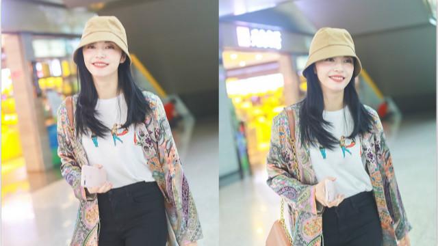 姚晨赶潮流化晒伤妆超夏日 穿花衬衫戴小黄帽减龄十岁