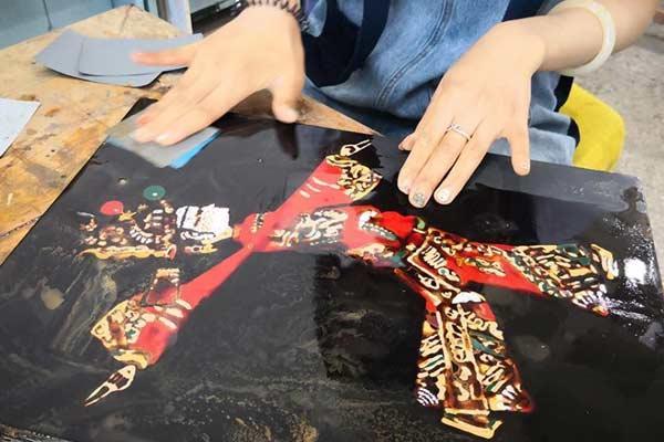 兰州大学生用漆作画 刷近20遍漆打磨精品
