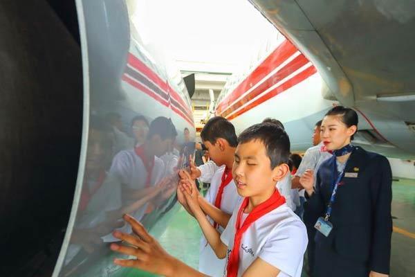 多彩六一:太原盲童触摸感知大飞机