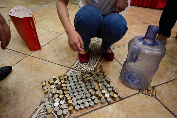济南一男子扛15万元硬币买房 售楼部10人数4小时