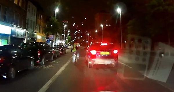 伦敦街头一司机急转向撞倒自行车手致其受重伤