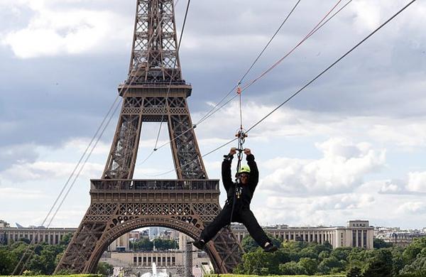埃菲尔铁塔新建滑索项目供游客体验 一票难求