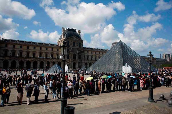 巴黎卢浮宫员工?#23637;?#21518;重新开放 游客排长队参观
