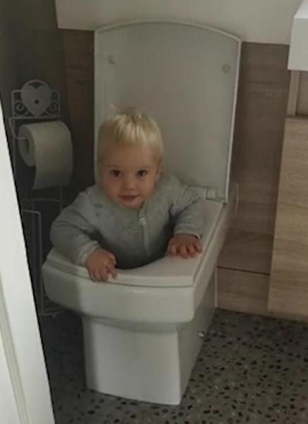 哭笑不得!英女子拍儿子站在坐便器内玩耍视频