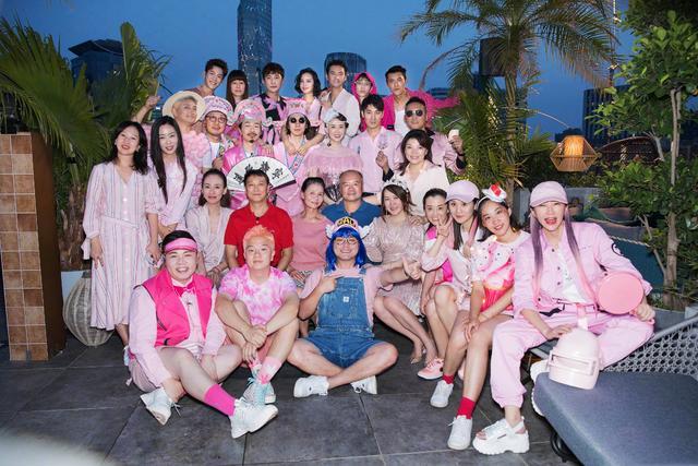 张歆艺38岁生日派对,粉裙卷发太甜,老公粉衣油头比老婆还有韵味