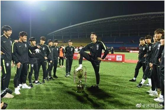 在中国脚踩奖杯的球员在韩国被骂惨:自损国格的卖国贼!