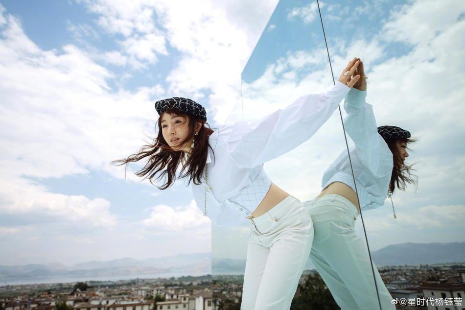 杨钰莹玻璃天台上拍美照 露脐装秀纤细蛮腰
