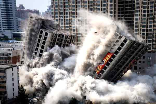 1.176吨炸药引爆 郑州两栋城中村高楼实施爆破拆除