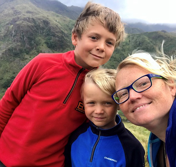 英9岁男孩攀爬险峰只为履行对去世母亲的承诺