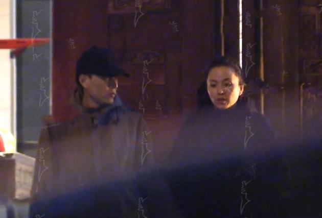 靳东携妻与朋友深夜聚餐 举止亲昵一路撒狗粮