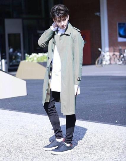 吴亦凡最新街拍帅极了,就是大长腿变短了,被拍成一米五!