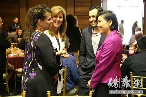中国侨网赵美心(右)和与会代表交谈。(图片来源:美国侨报网 高睿/摄)