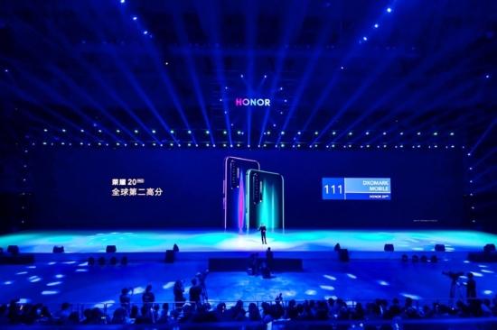 荣耀年度最强拍照手机荣耀20系列上海发布 2699元起售