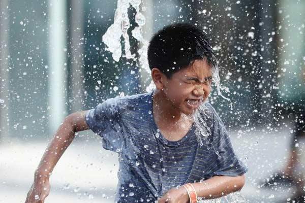 北京天气晴热 儿童喷泉池戏水