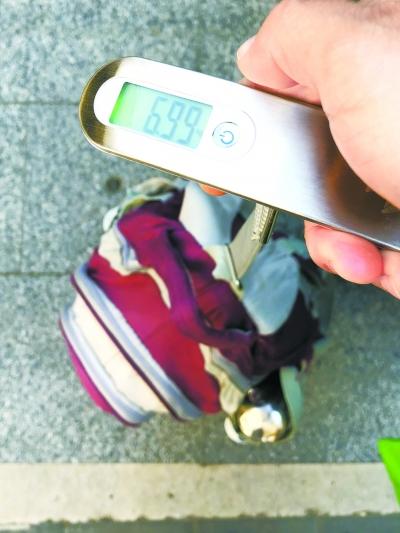 小学生书包超8公斤!到底装了啥?