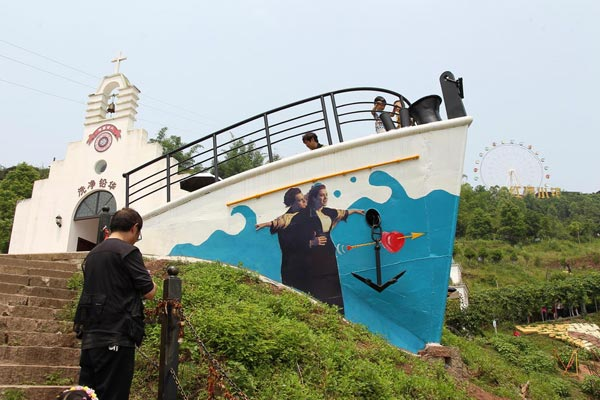 """为方便市民""""打望"""" 重庆一景区在山头建""""泰坦尼克号"""""""