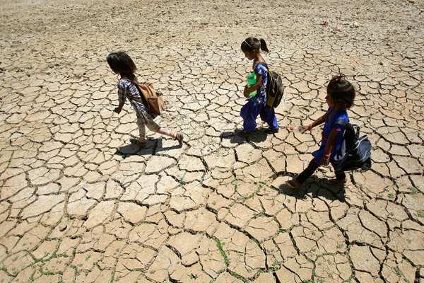 热热热!印度多地气温切近亲近50摄氏度 地盘龟裂惊心动魄