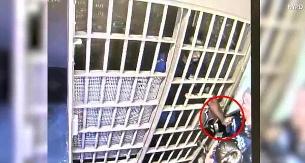 美囚犯牢房内伸手夺走狱警泰瑟枪被疑精神异常