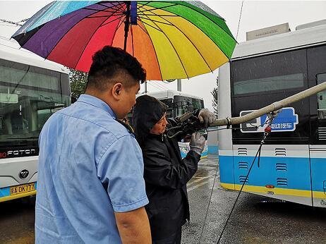 雨天坐电车遇故障 这样下车才安全