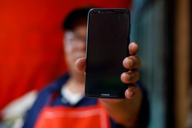 用华为手机,送国民美食!外国人花式挺华为