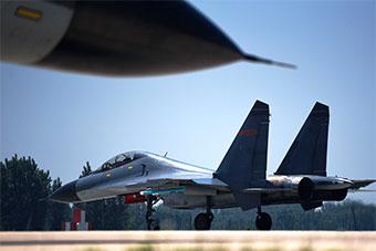空军重型战机贴近实战空中对抗训练