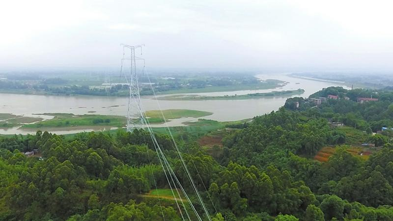 """无人机牵线搭""""天路""""超高压线飞越数百米宽岷江"""