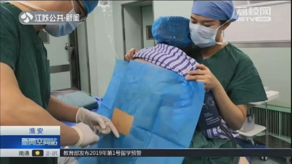 170斤准妈妈紧张到不行 29岁妈妈给了她一个拥抱
