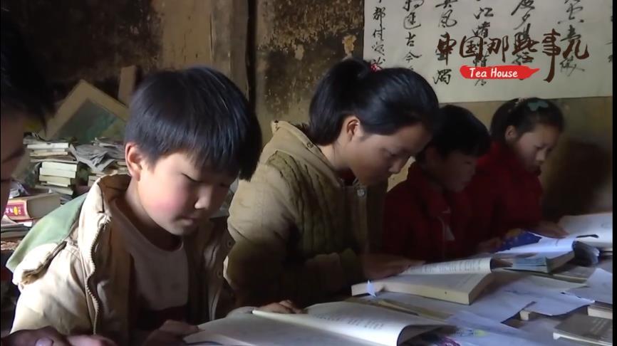 """你善良的样子,真可爱!   几年来,河南周口市太康县陈庄村的一些孩子每逢节假日和星期天,都会聚集到村里的一座图书馆看书看报。虽然图书都很破旧,但孩子看得都津津有味。   说是图书馆,其实里面藏书只有一百多册,是村中小姐妹——12岁的吴楠楠和10岁的吴适可,利用跟随姥姥、舅舅捡垃圾拾到的一些破旧图书置办的。   看着小伙伴们开心地借书阅读,姐妹俩也露出了灿烂的笑容。同时,她们也对图书百般呵护,不厌其烦地叮嘱小伙伴不要弄脏弄破了,""""好好保存,能看十几年呢""""。"""