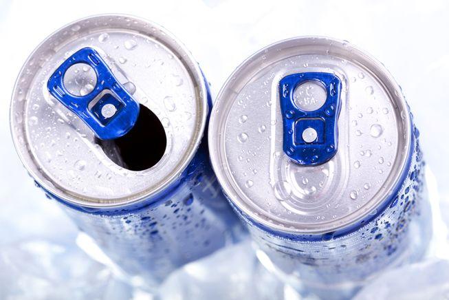 """能量饮料是""""双刃剑"""" 过量导致健康问题"""