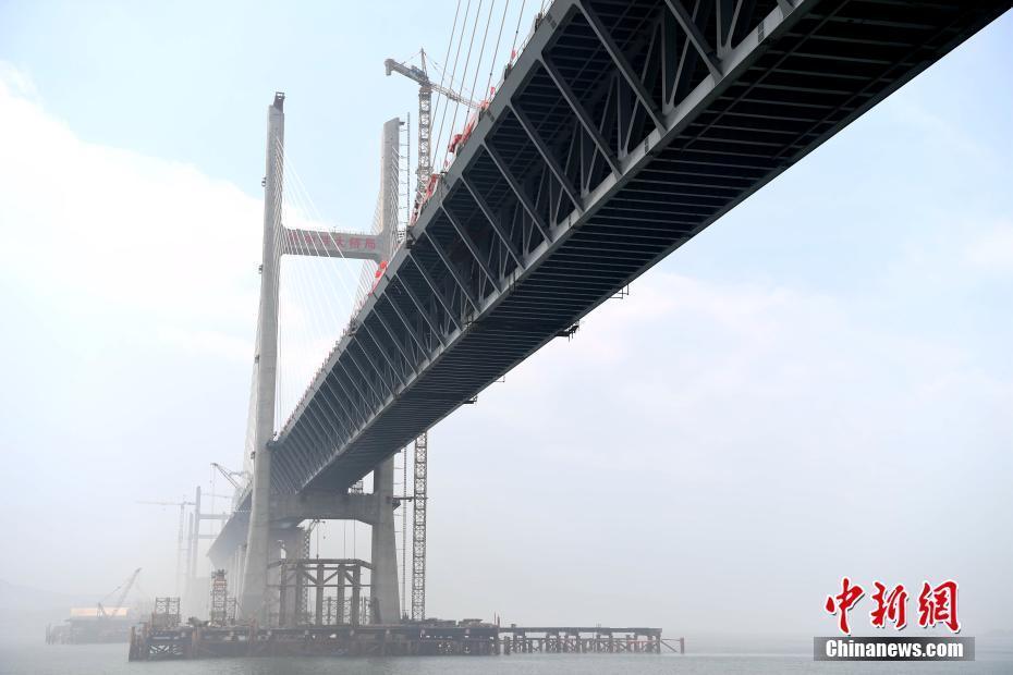 世界最大跨度跨海峡公铁两用斜拉桥合龙