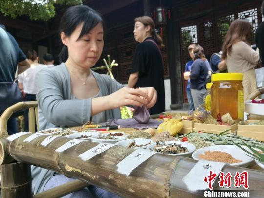 苏州市民摆五黄宴、制香囊重温江南传统端午习俗
