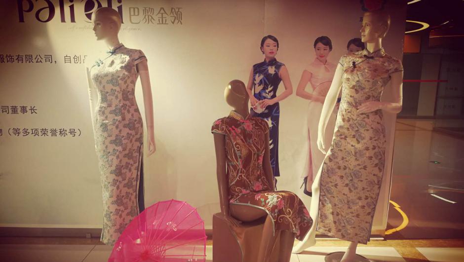 """盛京旗袍的守与变:800岁""""满绣""""也有国际范儿"""