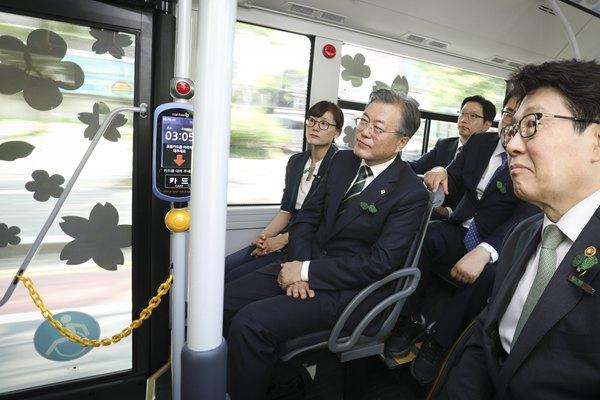 低碳环保!韩国总统文在寅试乘氢能公交车