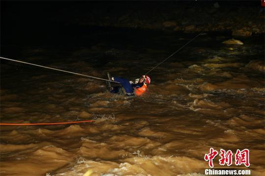 湖北十堰:三人遭洪水围困 无人机辅助救援