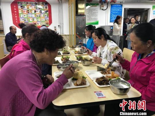 """青海首批""""爱老幸福食堂""""运营 每餐不超10元钱"""