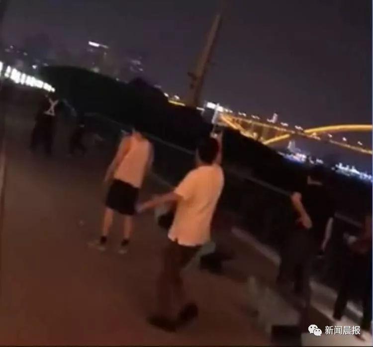 惊险!一艘大船撞上江边步道护栏,散步的人群惊呆了