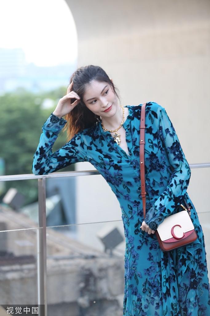 何穗穿孔雀藍長裙典雅華麗 憑欄凹造型撩發甜笑大展風情