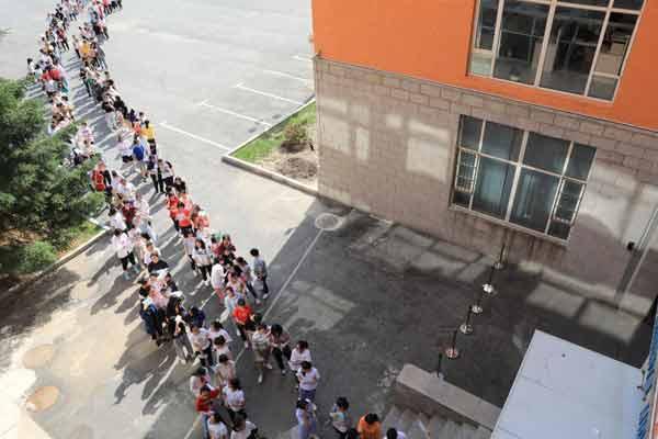 全国高考大幕开启 考生们顶烈日验场