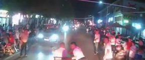 三轮车被群众掀倒路边
